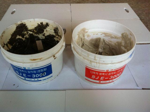 Trộn keo dán gạch 2 thành phần Epoxy