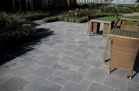 Gạch Granite rất thích hợp lát nền ngoài trời