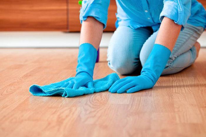 Sử dụng khắn mềm tránh trầy xước bề mặt gạch