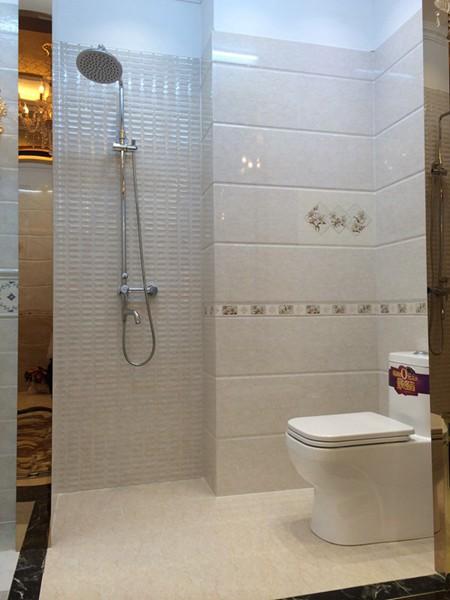Nhà tắm hẹp nên chọn gạch ốp gam màu sáng