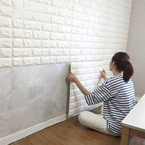 Xốp dán tường khắc phục tường nhà bị ẩm mốc.